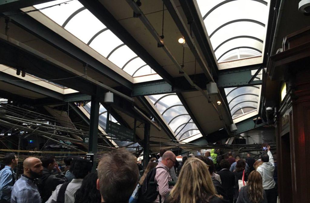 Das Dach der Bahnhofshalle wurde schwer beschädigt. Foto: AP