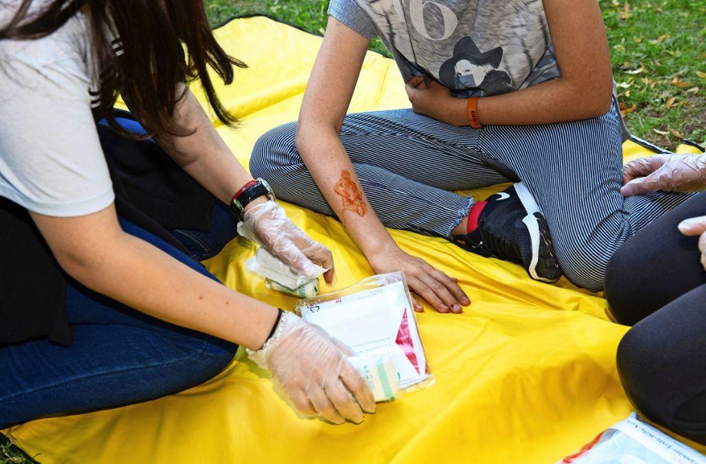 Beim Jugendrotkreuz lernen Mädchen und Jungen nicht nur, wie man Wunden versorgt. Es geht um viel mehr. Foto: Ines Rudel