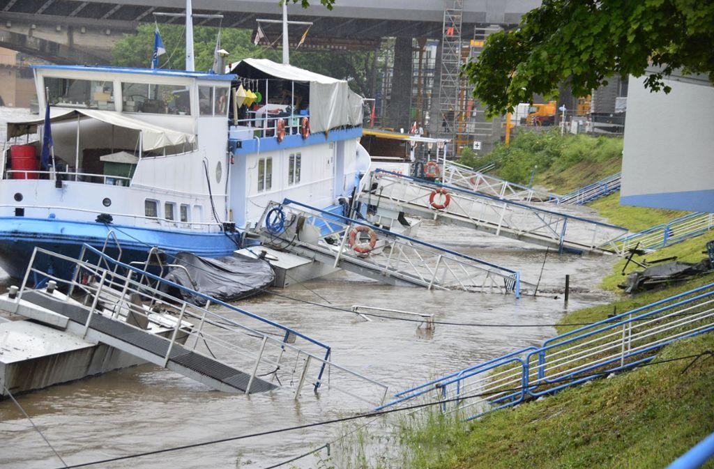 Die Mitarbeiter des Stuttgarter Neckar-Käpt'n kamen nicht auf ihre Schiffe – die Stege standen unter Wasser. Foto: Fotoagentur-Stuttgart