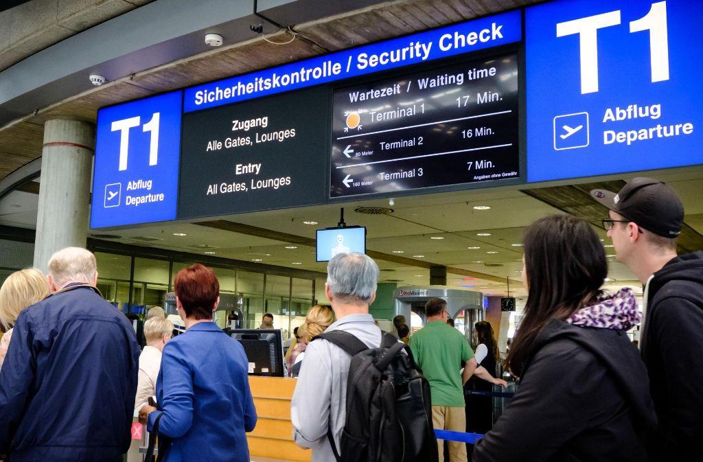 Flughafen Stuttgart am Donnerstag: Der Kontrollfirma fehlen an dem Tag wieder 20 Mitarbeiter, am Mittag müssen die Passagiere mindestens  sieben bis 17 Minuten warten. Foto: Lichtgut/Achim Zweygarth