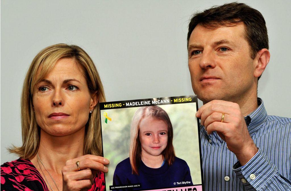 Kate und Gerry McCann, Eltern der vor 13 Jahren verschwundenen Britin Madeleine McCann halten bei einem Such-Aufruf das Foto ihrer Tochter. (Archivbild) Foto: dpa/John Stillwell