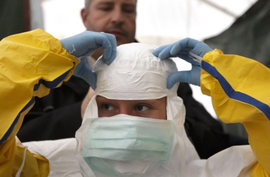 Schutzanzüge sind beim Umgang mit Ebola-Kranken von größter Wichtigkeit. Foto: dpa