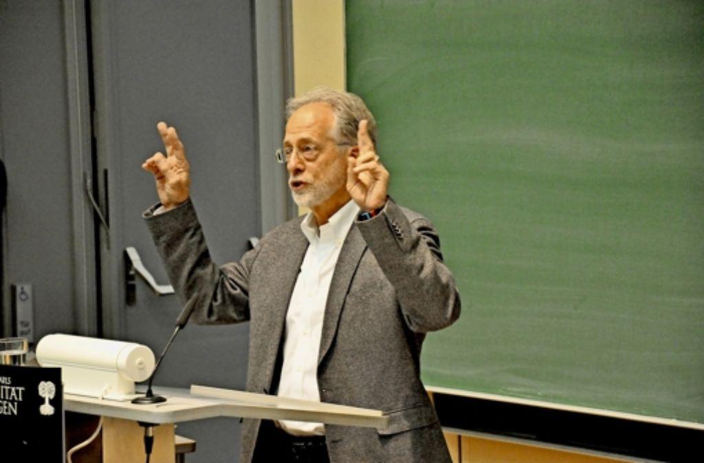 Michael Tomasello erklärt in Tübingen, was den Menschen vom Tier unterscheidet. Foto: Zintz