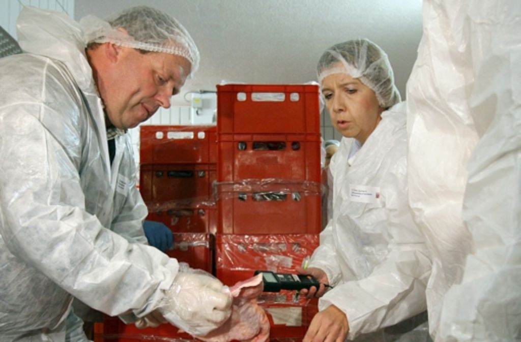 Lebensmittelkontrolleure kontrollieren die ordnungsgemäße Lagerung und Qualität von Döner-Fleisch (Symbolbild). Foto: dpa