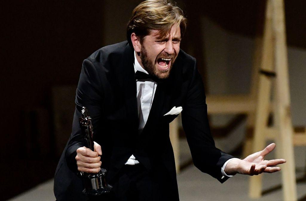 """Ganz verbergen kann der schwedische Regisseur Ruben Östlund die Freude über die Auszeichnungen  für """"The Square"""" bei der Gala des Europäischen Filmpreises in Berlin dann doch nicht. Foto: AFP"""