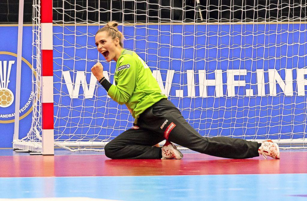 Geballte Freude: Dinah Eckerle freut sich über einen gehaltenen Ball bei der WM in Japan. Foto: imago/Marco Wolf