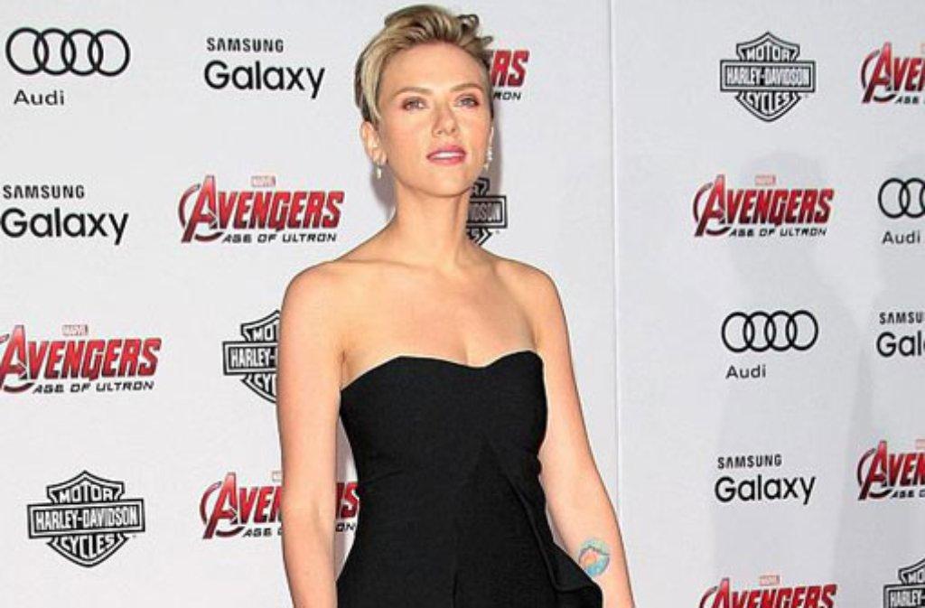 In der Comicverfilmung Marvel's The Avengers 2: Age of Ultron mimt Scarlett Johansson die schwarze Witwe, auf dem roten Teppich in Los Angeles bezauberte die Blondine die Fotografen. Foto: dpa