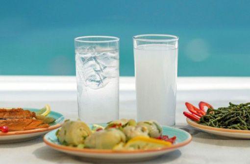 Warum färbt Wasser Ouzo weiß?