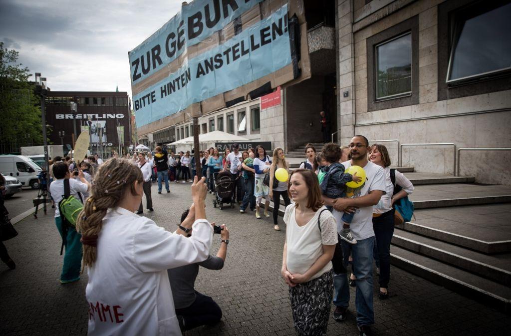 Hebammen demonstrieren in auf dem Stuttgarter Marktplatz. Foto: Lichtgut/Achim Zweygarth