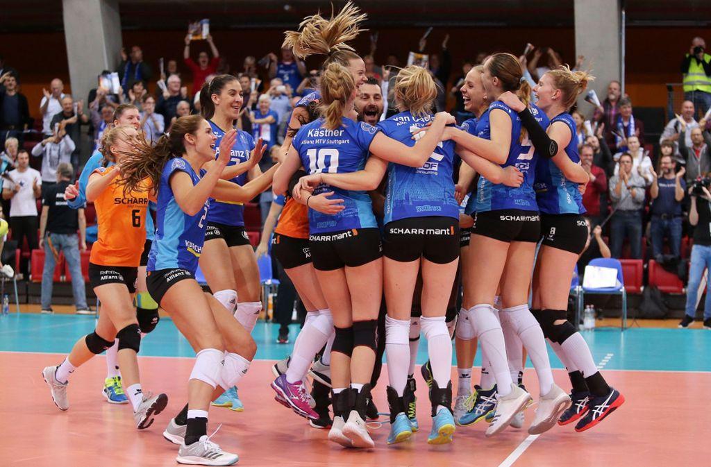 Die Volleyballerinnen von Allianz MTV Stuttgart feiern ihren großen Triumph. Foto: Baumann