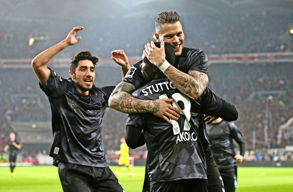 Berkay Özcan (li.) und Daniel Ginczek feiern das 1:0 und den Torschützen Chadrac Akolo. Foto: Baumann