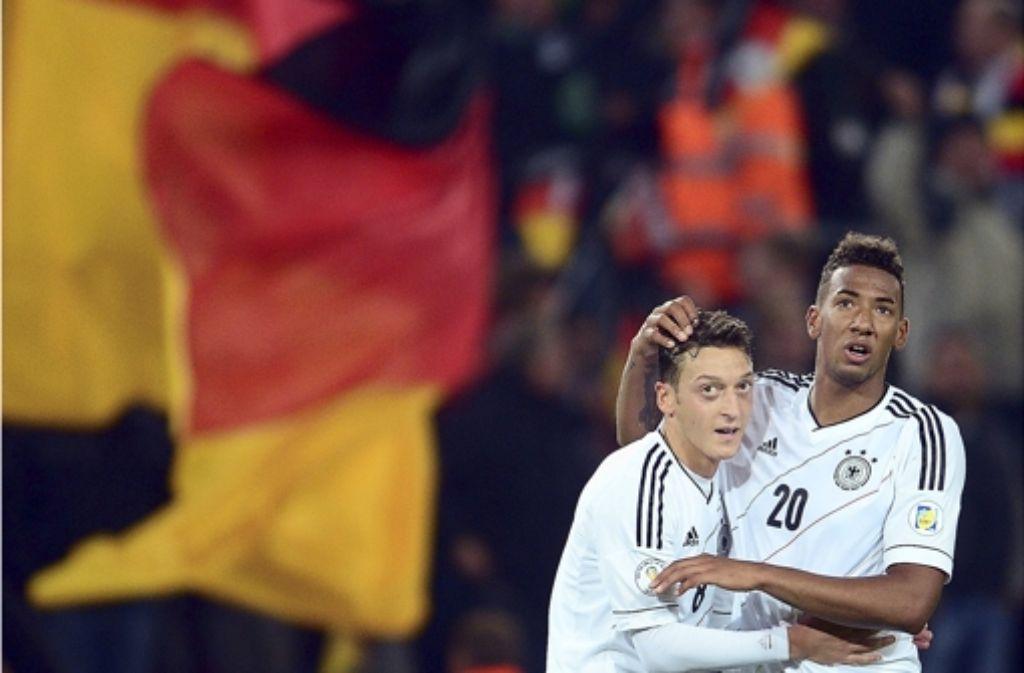 Die deutsche Fußball-Nationalmannschaft mit Spielern wie Mesut Özil (links) und Jérôme Boateng ist das Vorzeigeobjekt des deutschen Sports. Foto: dpa