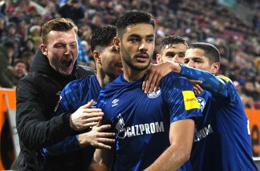 Kabak trifft für S04 –  FC Augsburg schlägt sich beim 2:3 selbst