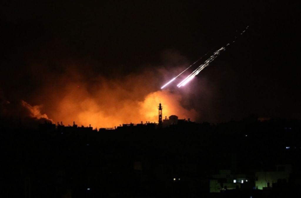 Seit Beginn der Bodenoffensive am Donnerstagabend seien mehr als 100, seit Beginn der Luftangriffe am 8. Juli insgesamt weit über 350 Menschen getötet worden, berichtete der Nachrichtensender Al-Kidra.  Foto: EPA