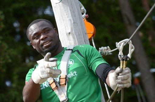 Gerald Asamoah ist Fürths Allzweckwaffe –  auch als Interviewer Foto: dpa