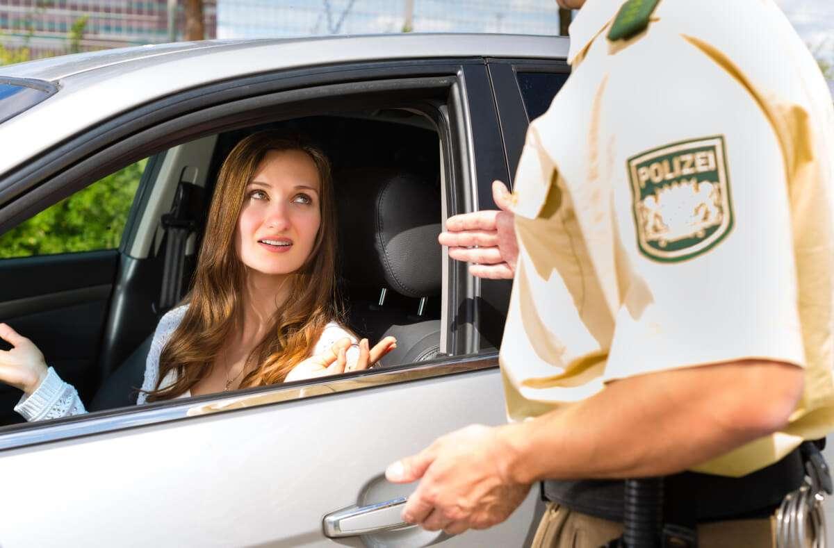 Erfahren Sie, was bei einer Polizeikontrolle droht, wenn Sie Ihren Führerschein nicht dabeihaben. Foto: Kzenon / Shutterstock.com