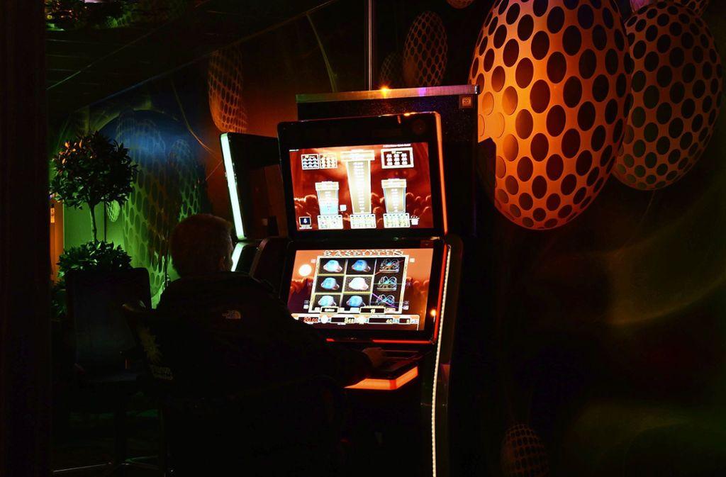 31 Milliarden Euro werden in Deutschland mit Spielautomaten jährlich umgesetzt – viele Spieler verlieren völlig die Kontrolle über ihr Leben. Foto: dpa/Amelie Geiger
