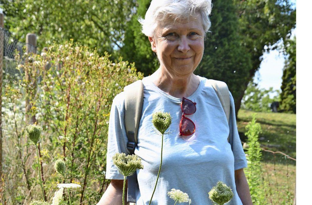Barbara Drescher ist von der Pflanzenvielfalt auf der Wangener Höhe begeistert, derzeit sind zum Beispiel die weißen Blüten der wilden Möhren zu sehen. Foto: Janey Schumacher