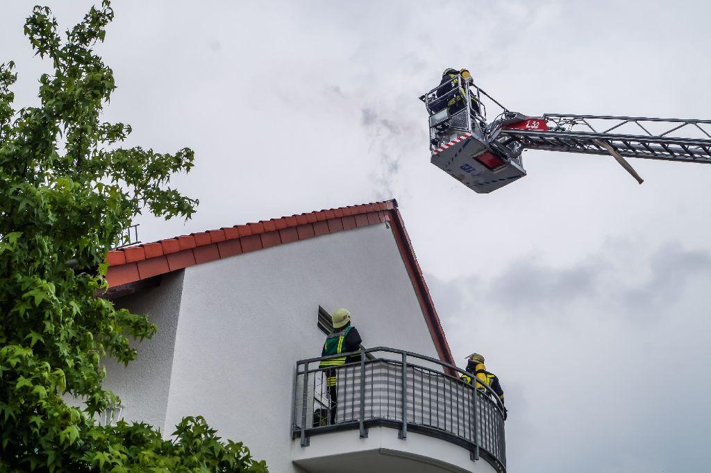 Infolge eines Blitzeinschlages ist es in Murr am Sonntagvormittag zu einem Dachstuhlbrand in einem Mehrfamilienhaus gekommen. Foto: SDMG