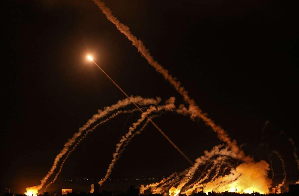 Raketen werden von Gaza-Stadt in Richtung Israel abgefeuert. Nun deutet sich eine erste Entspannung an. (Archivbild) Foto: dpa/Bashar Taleb