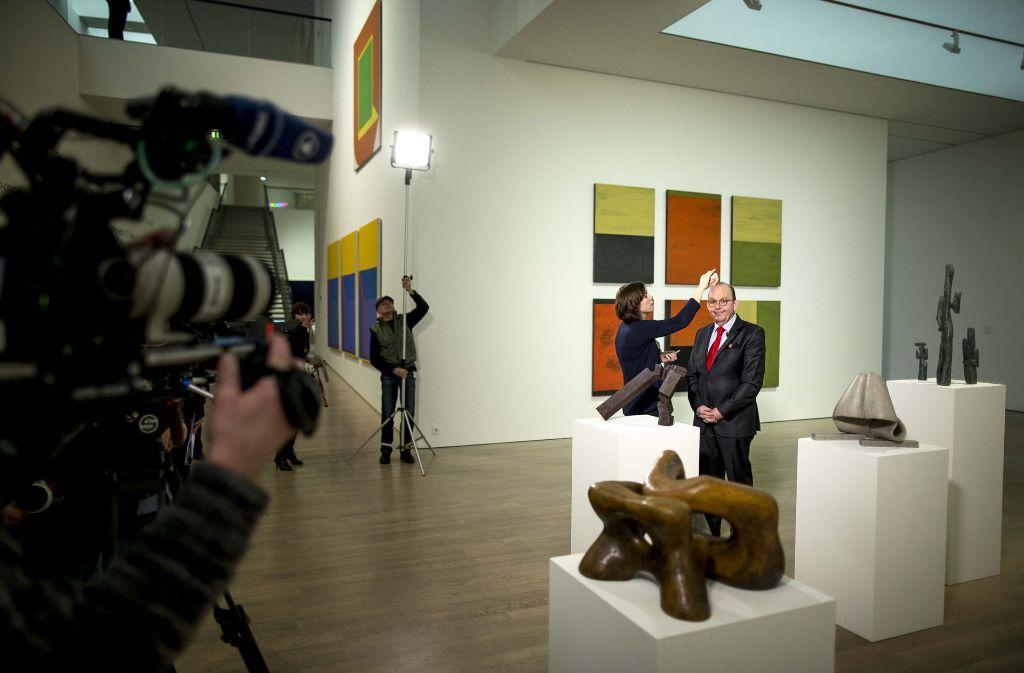 """Kostbare Objekte: Denis Scheck bekommt vor der Aufzeichnung von """"Kunscht"""" im Kunstmuseum den letzten Schliff. Foto: Lichtgut/Leif Piechowski"""