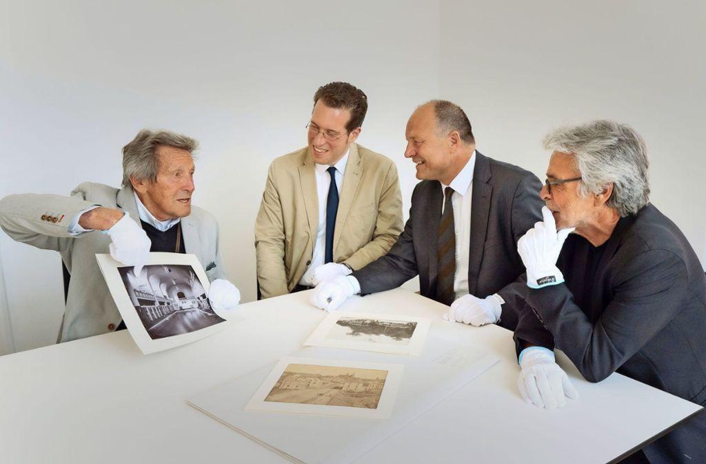Historische Fotos und Postkarten wechseln den Besitzer:  Hermann Aigner, Simon Karzel, Werner Spec und Max Maier (von links). Foto: factum/Andreas Weise Foto: