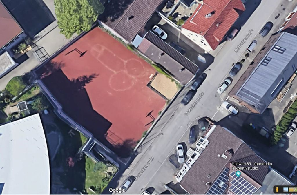 Das Abbild eines männlichen Geschlechtsorgans ziert einen Basketballplatz in Ulm. Foto: Screenshot Google Maps