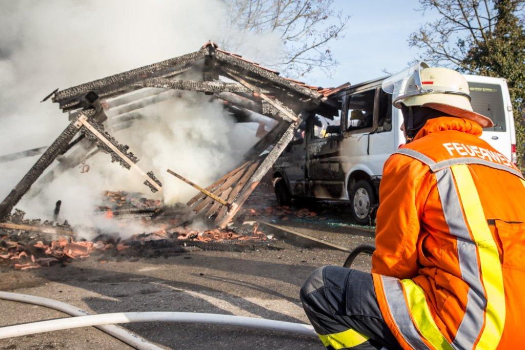 Die Feuerwehr war etwa drei Stunden damit beschäftigt, den Brand auf dem Gelände des Hotels Sonnenhof vollständig zu löschen. Der Sonnenhof wird von Schlagerstar Andrea Berg betrieben. Der Schaden liegt im sechsstelligen Bereich. Foto: Benjamin Beytekin