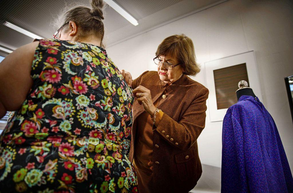 Ob Kleider, Blusen oder Vorhänge –  Inge Kopetschke (rechts) weiß, wie man solche Dinge näht und zeigt es anderen. Foto: Gottfried Stoppel