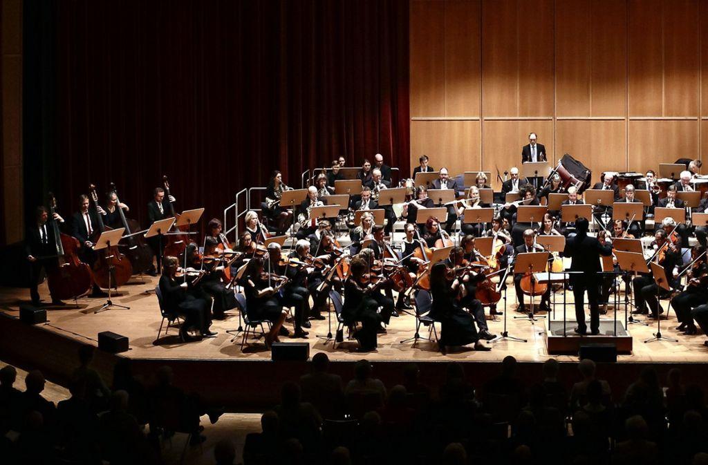 Mit Pauken und Trompeten: Das Leonberger Sinfonieorchester begeistert das Publikum beim Neujahrskonzert in der Stadthalle. Foto: factum/Bach