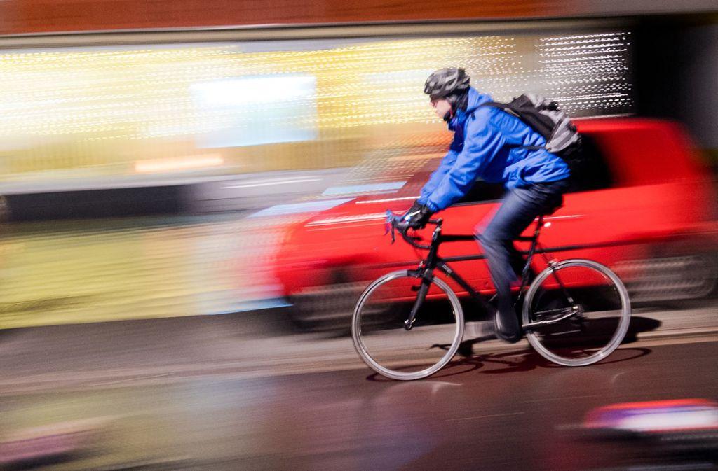 Vor dem Streit soll der Radler  dem Autofahrer an einer Ampel die Vorfahrt genommen haben, indem er bei Rot über eine Kreuzung fuhr. (Symbolbild) Foto: dpa/Julian Stratenschulte