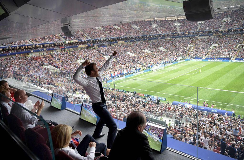 So feiern künftige Weltmeister: Frankreichs Präsident Macron bejubelt ein Tor. Foto: SPUTNIK