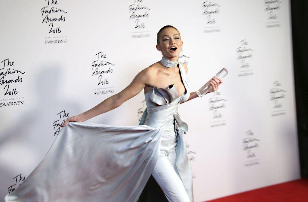 Gewinnerin des Abends: Das 21-jährige Model Gigi Hadid in einem silbernen Jumpsuite von Versace. Foto: AP