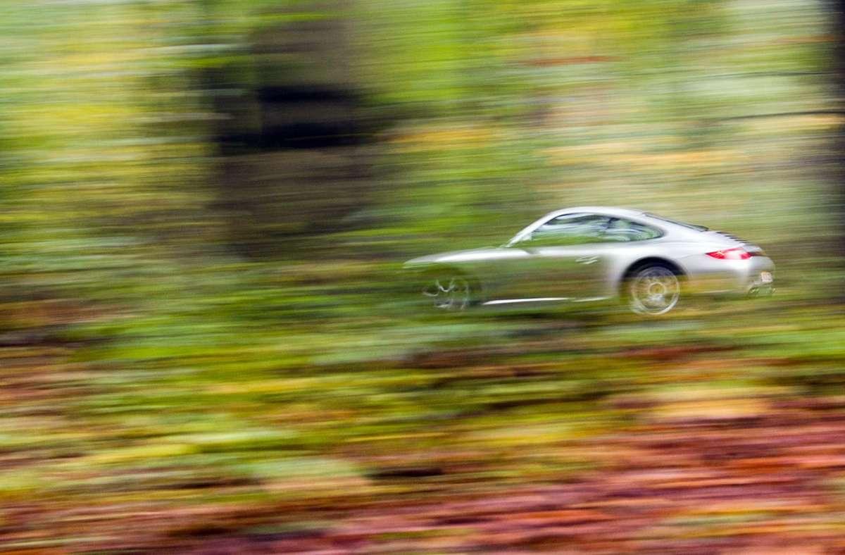 Knapp 11 Prozent der Porschebesitzer geben beim Neuabschluss eines Versicherungsvertrags an, Punkte in Flensburg zu haben. Foto: dpa/Julian Stratenschulte