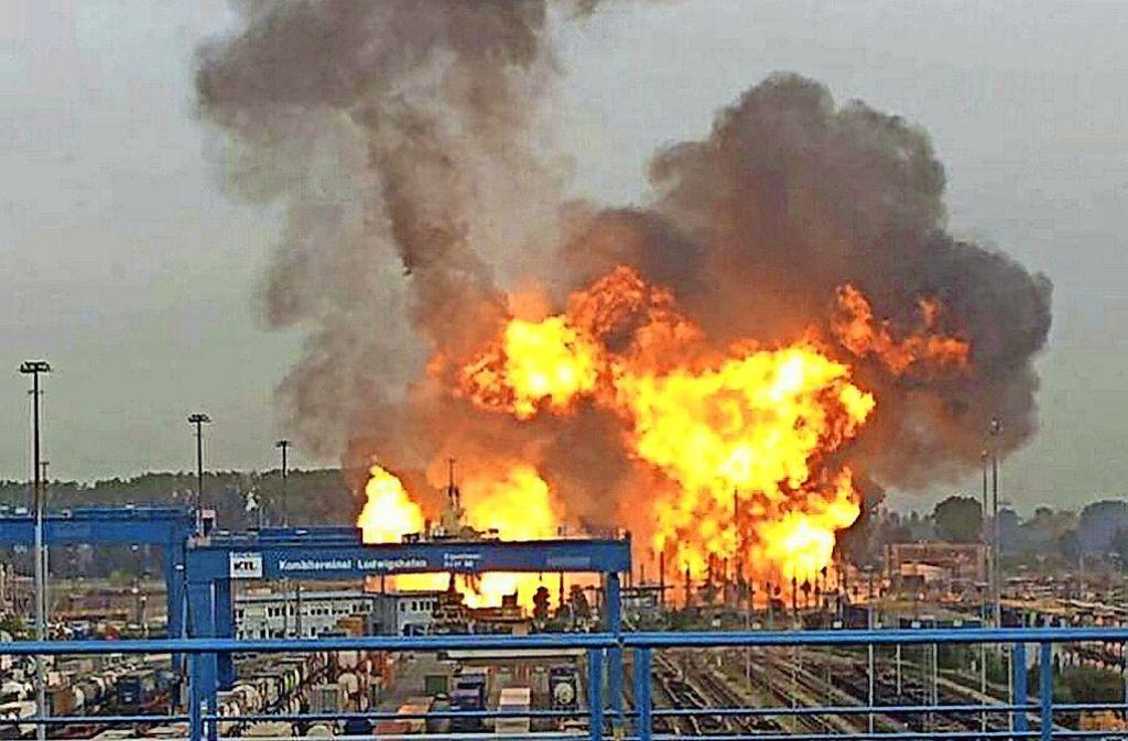 Eine Explosion auf dem Gelände der BASF vor zehn  Tagen  hat ein stundenlanges Feuer ausgelöst. Foto: dpa