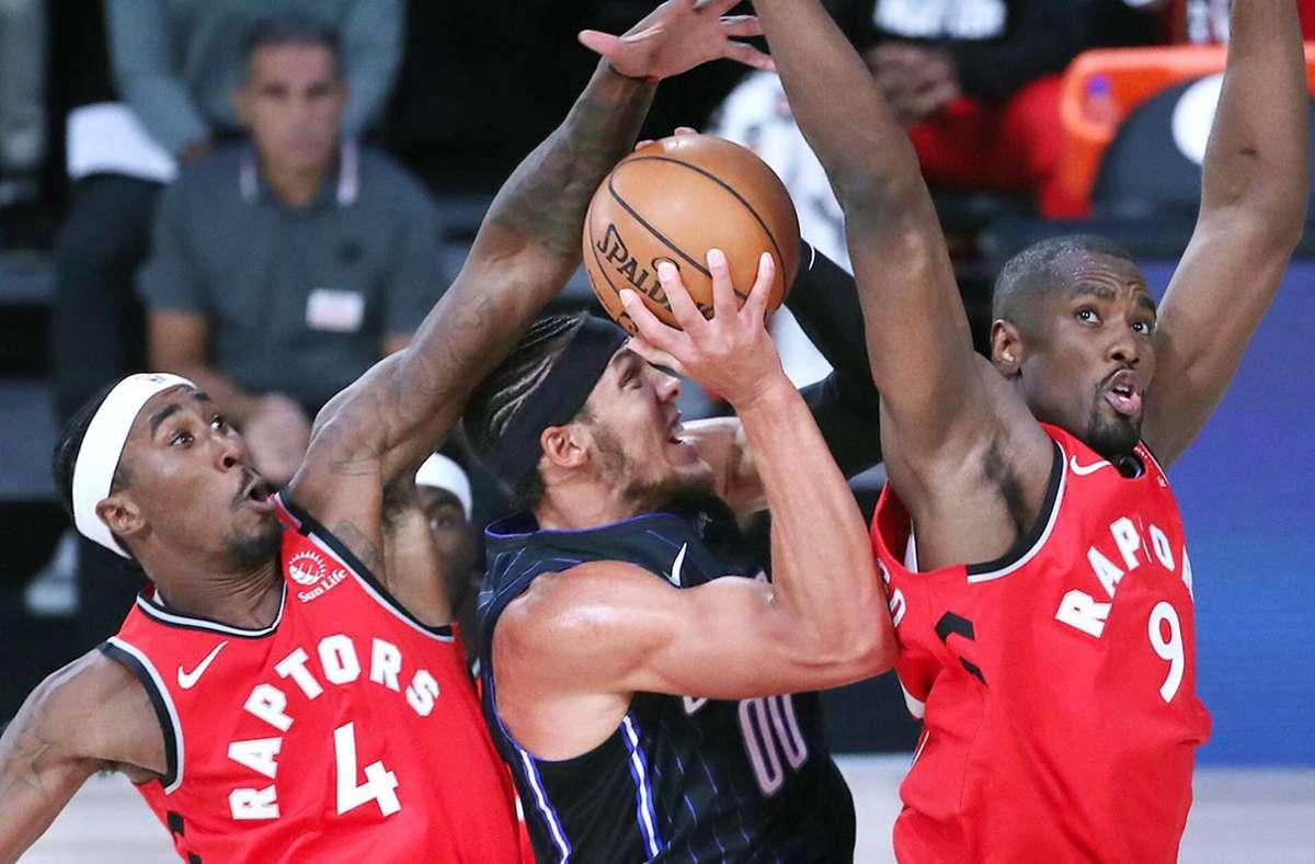 Die Toronto Raptors, hier mit Rondae Hollis-Jefferson (links) und Serge Ibaka (rechts), sind weiter nicht aufzuhalten. Foto: imago/Stephen M. Dowell
