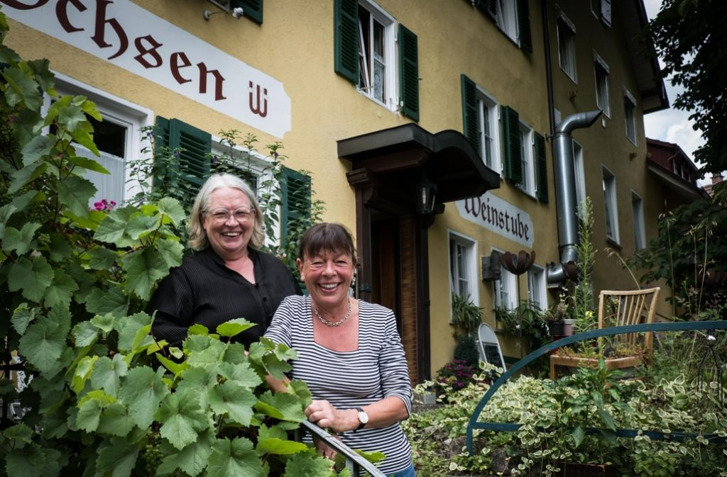 Uta (hinten) und Elke Wagner vor ihrem Ochsen. Ein Investor soll die Traditionsgaststätte nicht bekommen. Foto: Lichtgut/Achim Zweygarth