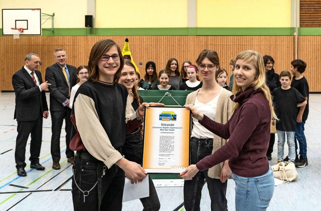 Stiftungsmitarbeiterin Maria Gießmann (r.) überreicht die Urkunde. Foto: factum/Jürgen Bach