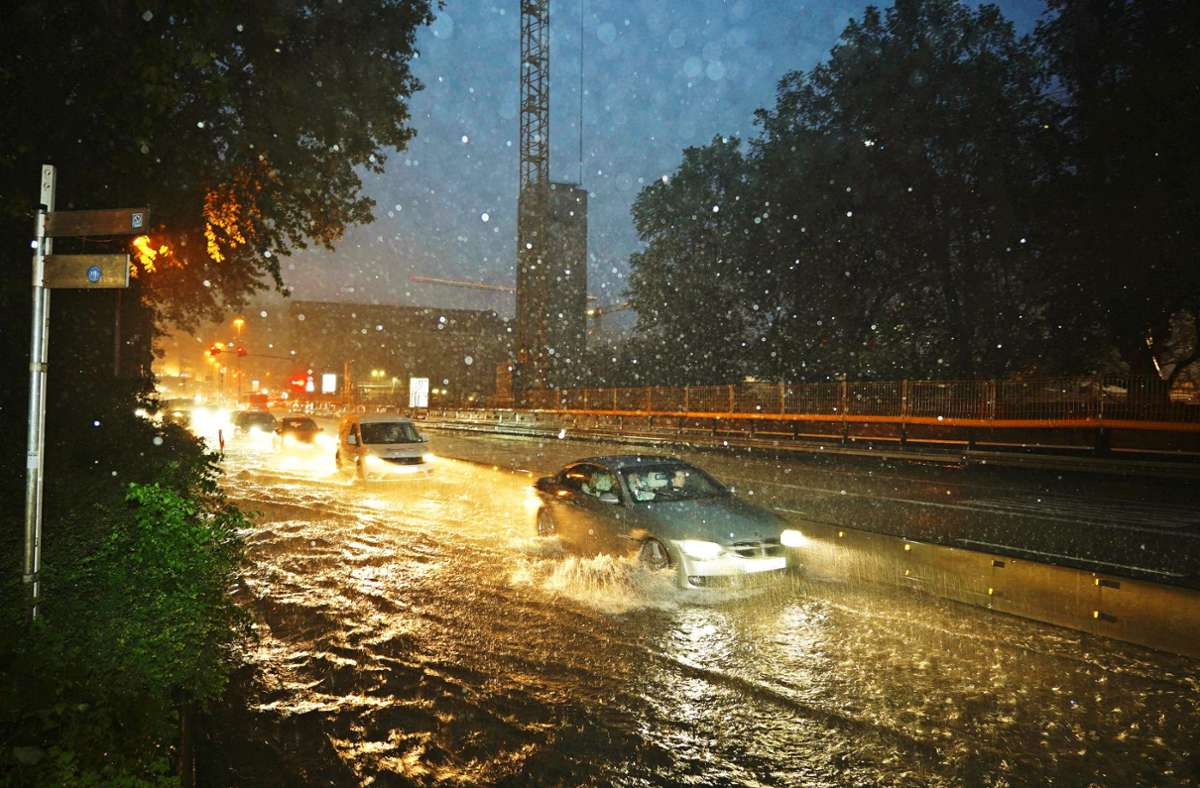 Regenmeer am Hauptbahnhof Foto: Rosar