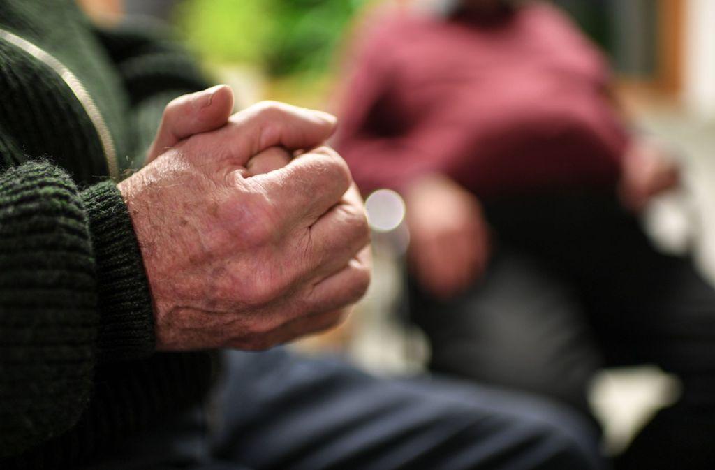 Gespräche mit anderen in einer Selbsthilfegruppe können entlasten. Foto: dpa