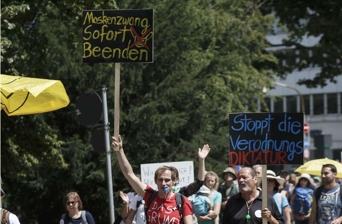 Demonstranten gegen die Coronapolitik demonstrieren meist nicht nur gegen das Tragen von Masken, sie lassen diese auch einfach weg. Foto: Lichtgut/Julian Rettig