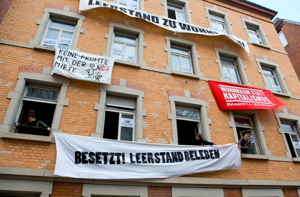 """""""Leerstand zu Wohnraum"""" fordern die Aktivisten. Seit Samstag besetzen sie das Haus im Stuttgarter Westen. Foto: Lg/Willikonsky"""