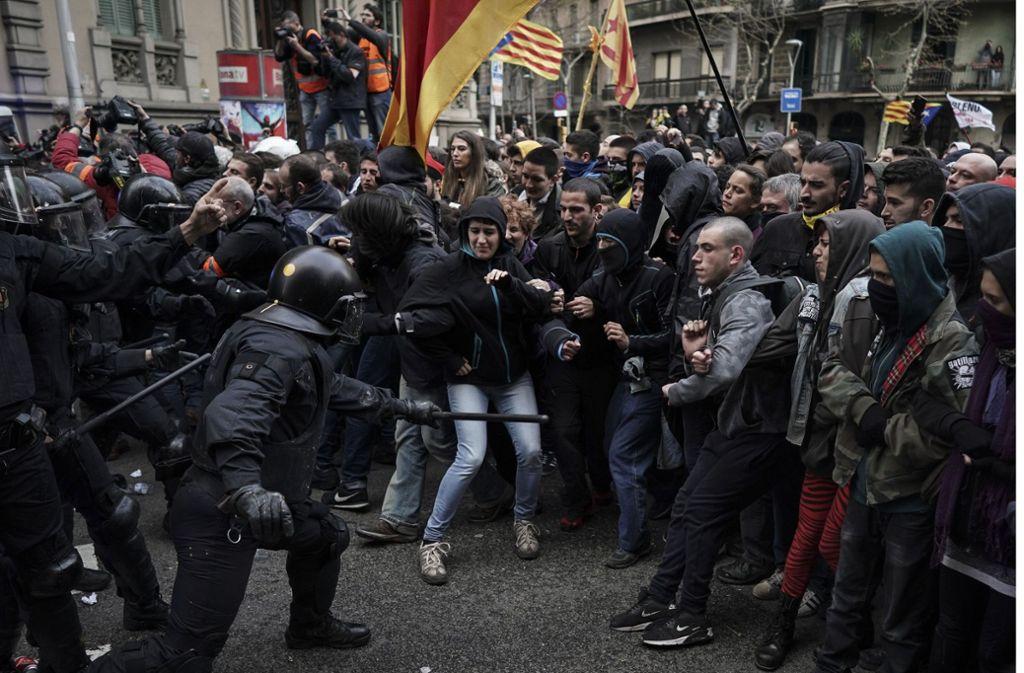 In den Straßen Barcelona spitzt sich die Situation zwischen Polizei und Demonstranten am Sonntagabend zu. Foto: AP