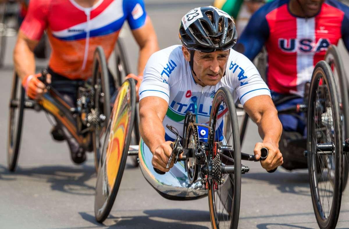 Der Italiener Alessandro Zanardi bei einem Paralympischen Straßenrennen Foto: dpa/Jens Büttner
