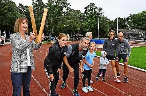 Läufer unterstützen Behindertensportler