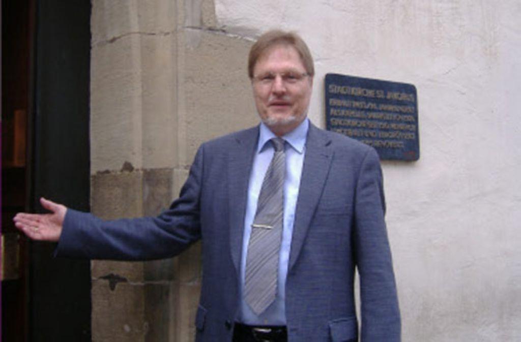 Bitte eintreten: Jürgen Höss lädt zur Kirchenbesichtigung. Foto: Barth
