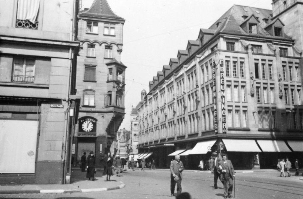 Das Kaufhaus Breuninger in Stuttgart im Jahr 1942. Die Uhr  gegenüber zeigt – fast schon symbolisch – fünf nach zwölf. Foto: Stadtarchiv