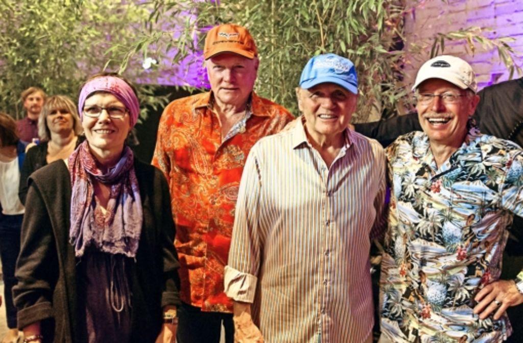 Das Ehepaar Klein  mit Mike Love (Zweiter von links) und Bruce Johnston (Zweiter von rechts) hat in den Wagenhallen ein exklusives Fest genossen. Foto: Bernd Leitner