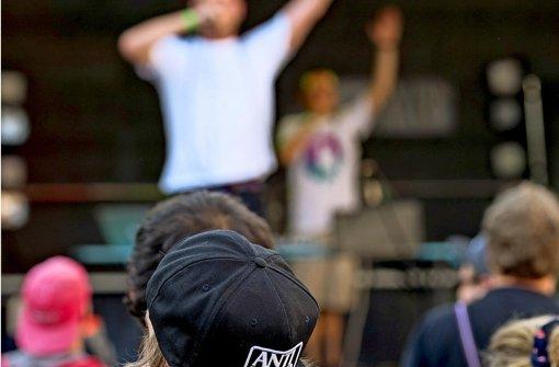 Mehrere Bands und Hunderte Besucher feierten im vergangenen Jahr auf dem Schulcampus – und demonstrierten damit gleichzeitig gegen Rassismus. Foto: factum/Archiv