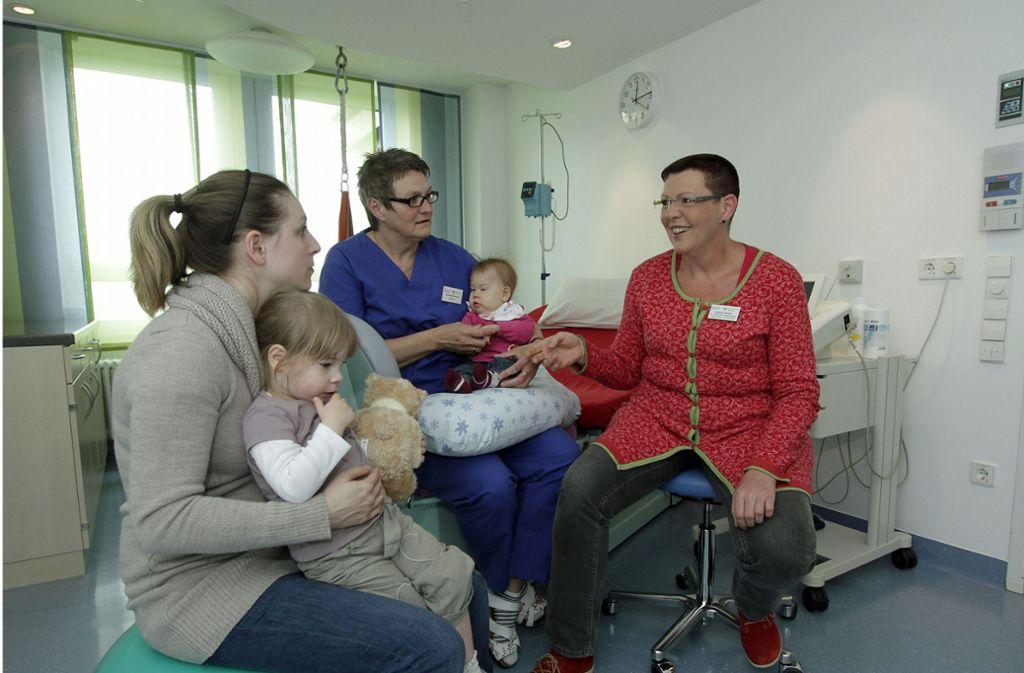 Gudrun Zecha (in rot) ist Chefin auf der Geburtenstation in Herrenberg. Foto: factum/Weise